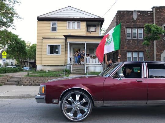Die schöne Jimenez, 11, schwenkt eine mexikanische Flagge, als ihr Vater Pedro Jimenez die National Avenue entlang fährt. Er sagte, sie seien aus Protest gegen die Brutalität der Polizei herausgekommen.