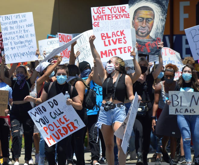 Black lives matters protesters take the streets of Visalia on May 30, 2020 at the intersection of Caldwell Avenue and Mooney Boulevard.