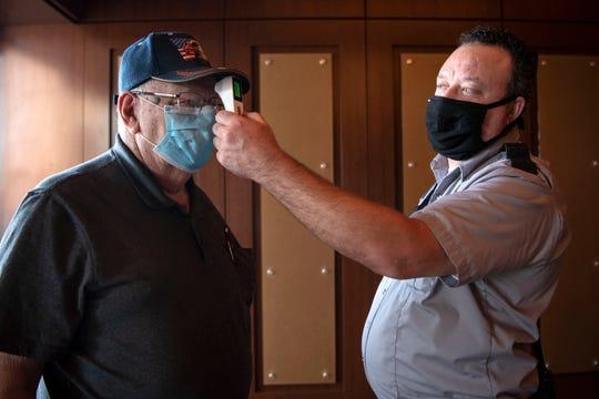 Gerald Paddock diambil suhunya sebelum memasuki FireKeepers Casino Hotel pada Senin, 1 Juni 2020 di Battle Creek, Mich. FireKeepers dibuka kembali ke publik dengan praktik sosial jarak jauh yang baru.