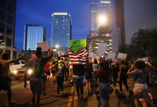 Manifestantes marchan en el centro de Phoenix.