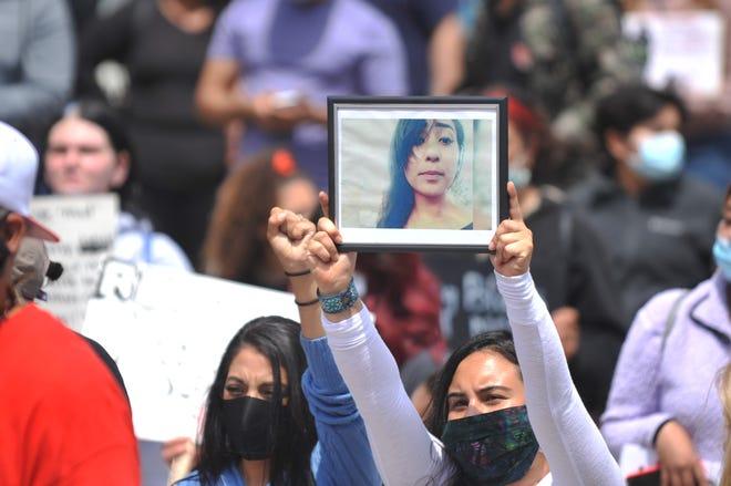 Los manifestantes sostienen letreros en una manifestación realizada por United Latin American Citizens for George Floyd el 1 de junio de 2020 en Salinas.