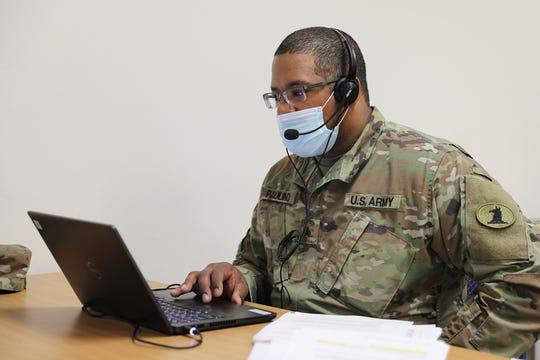 El sargento Jairo Paulino, de Newark, Delaware, es voluntario bilingue para rastrear contactos con la Delaware National Guard.