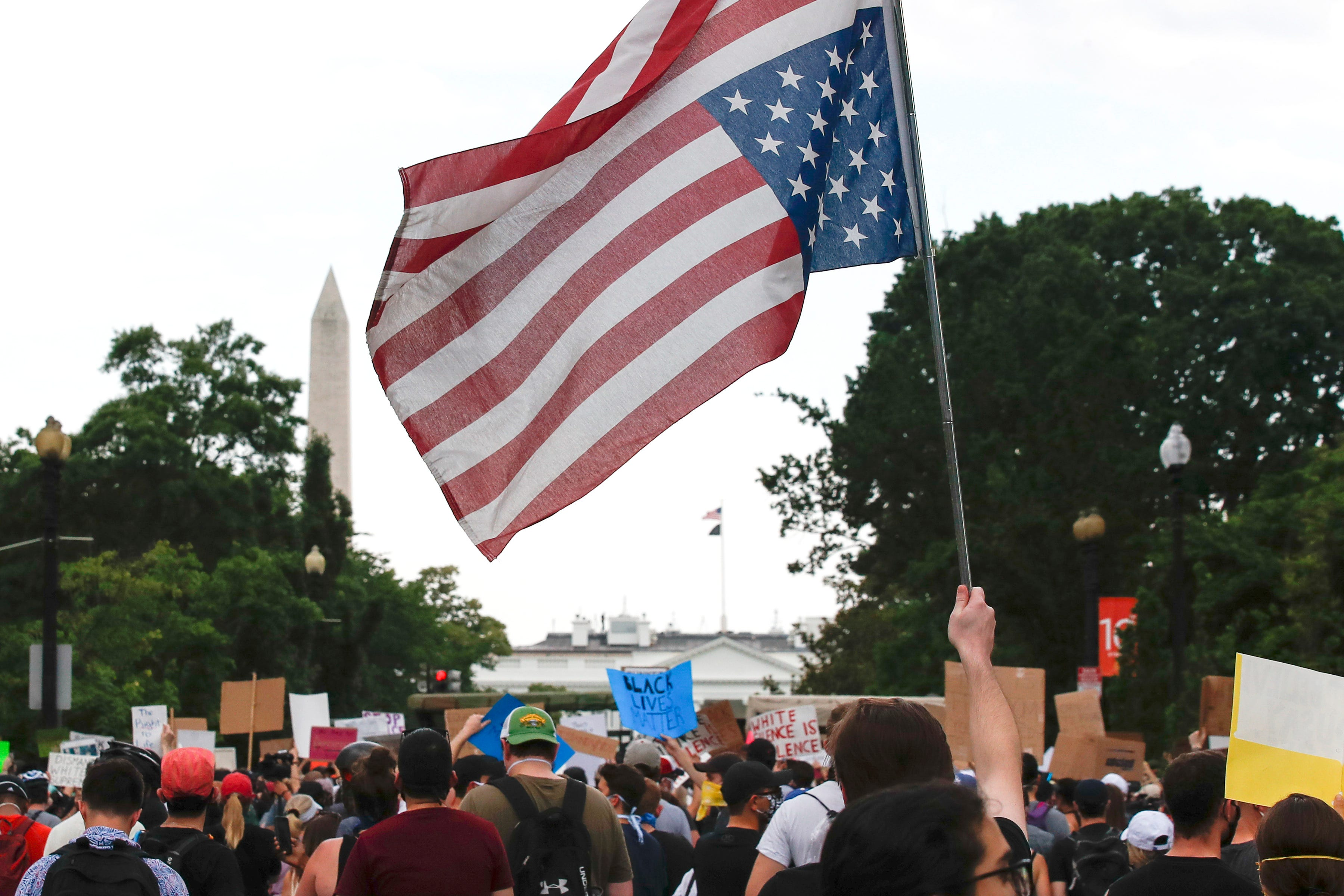 I can t breathe : Protesters lie down on DC street, repeat Floyd s words