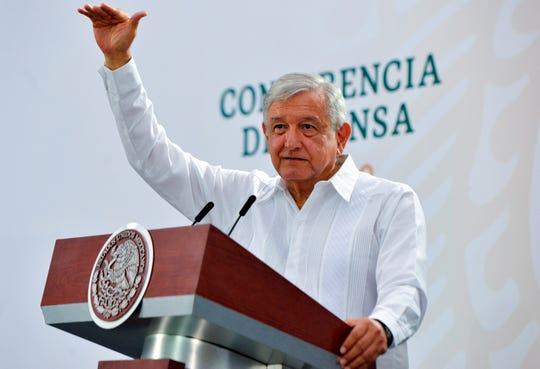 Fotografía cedida este viernes, por la presidencia de México, donde se observa a presidente mexicano Andrés Manuel López Obrador, durante una rueda de prensa matutina en la ciudad de Villahermosa, Tabasco.
