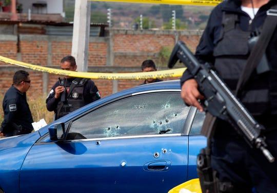 Policías estatales resguardan la zona donde donde hubo una bañacera, en el municipio de El Salto, en la ciudad de Guadalajara, en el estado de Jalisco (México).