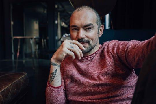 """El cantautor Santiago Cruz interpreta """"Hay Días"""", que describe esos momentos  en los que hasta pensar se vuelve doloroso."""