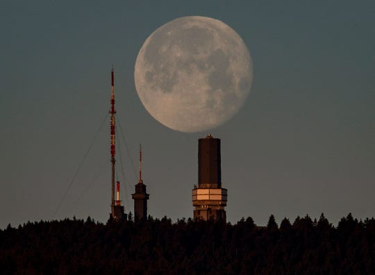 The U.S. wants to build nuclear power plants that will work on the moon and Mars, and on Friday put out a request for ideas from the private sector on how to do that.