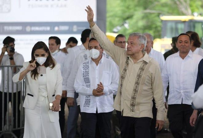 El presidente mexicano Andrés Manuel López Obrador saluda a sus simpatizantes el lunes 1 de junio de 2020 en Lázaro Cárdenas, estado de Quintana Roo.