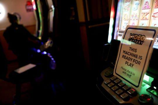 Sebuah tanda digambarkan pada mesin lotre di Restoran Italia Geppetto di Salem, Oregon, pada hari Senin, 8 Juni 2020. Mesin-mesin tersebut harus dibersihkan, didisinfeksi, dan dimatikan selama 5 menit setelah setiap kali digunakan.