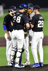El pitcher de Duke Bryce Jarvis dialoga con sus compañeros en la loma.