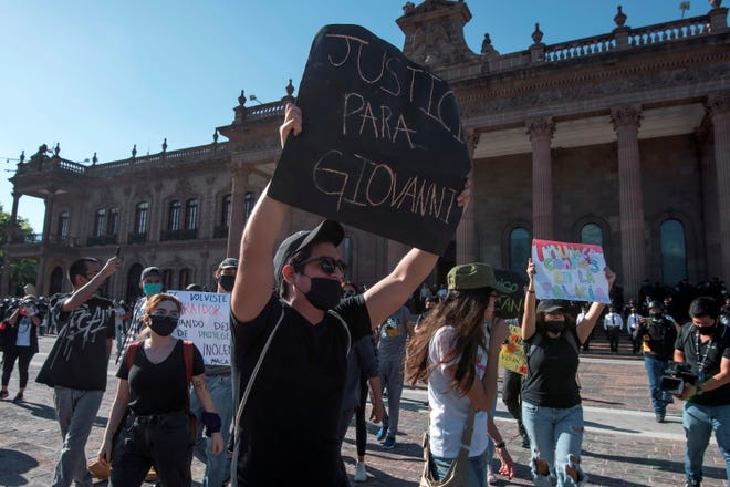 Un grupo de manifestantes protesta en repudio por la muerte de Giovanni López a manos de la policía en el estado de Jalisco.