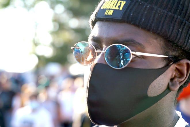 Der 18-jährige Emo Ismail sieht sich am Donnerstag, dem 28. Mai 2020, in Minneapolis einen Protest zu Ehren von George Floyd an.