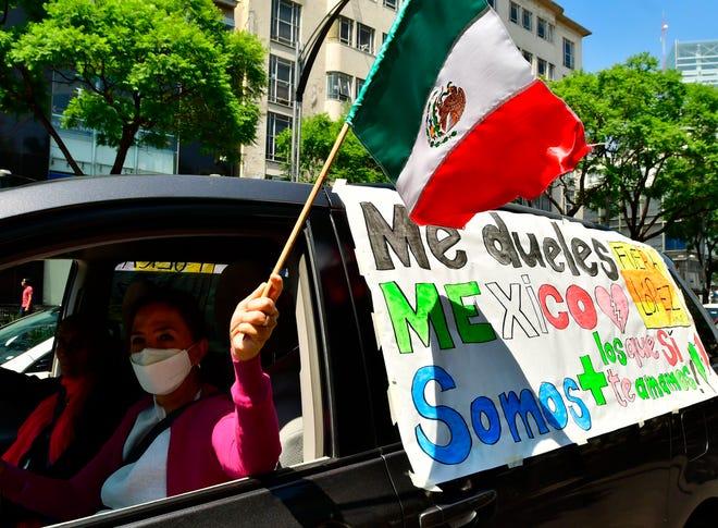 Cientos de personas participan este domingo en una caravana con sus vehículos por las centrales avenidas de Paseo de la Reforma y Juárez, para exigir la renuncia del presidente Andrés Manuel López Obrador (AMLO), en Ciudad de México.