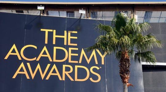 Vista del cartel de la entrada del teatro donde se celebra la gala de los Óscar, en Hollywood.