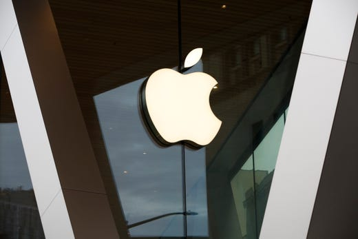 Apple is giving consumers the options to pick up their orders curbside.