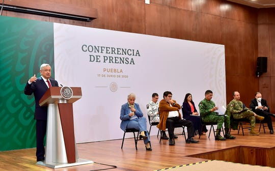 Fotografía cedida este miércoles por la presidencia de México, del mandatario mexicano Andrés Manuel López Obrador, durante su participación en una rueda de prensa matutina en la ciudad de Puebla.