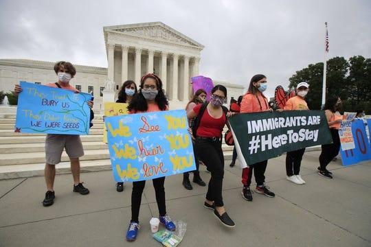 Jóvenes se manifiestan en apoyo del programa DACA que protege a migrantes de la deportación, afuera de la Corte Suprema de EEUU en Washington.