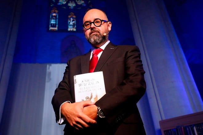 Spanish novelist Carlos Ruiz Zafon poses during the presentation of his book El laberinto de los espiritus (The spirits' maze) in Barcelona on Nov. 17, 2016.
