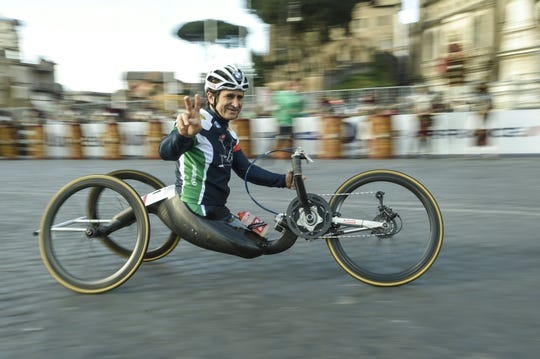 Alez Zanardi gestures as he takes part in the 22nd Marathon of Rome in 2016.