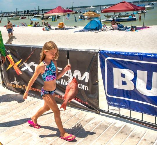Allie McGarvey lleva su pargo rojo a su alfiler durante el Bud Light Fishing Rodeo en Flounders en Pensacola Beach el sábado 20 de junio de 2020.
