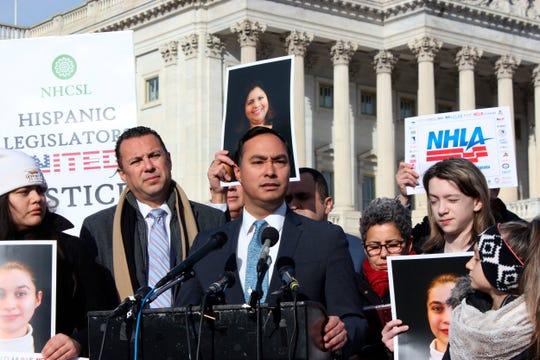 El congresista demócrata por Texas,Joaquín Castro, habla durante una rueda de prensa.