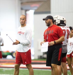 Pete Thomas talks during a practice with offensive coordinator Dwayne Ledford