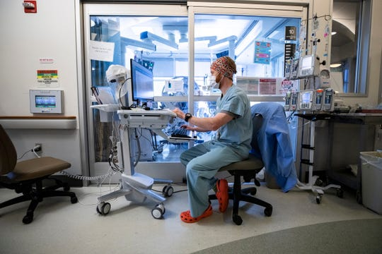 La enfermera Hoss Richardson revisa el medicamento de un paciente infectado con COVID-19 en la UCI (Unidad de Cuidados Intensivos) del Hospital Sharp Grossmont en medio de la pandemia de coronavirus en La Mesa, al norte de San Diego, California, EE. UU.