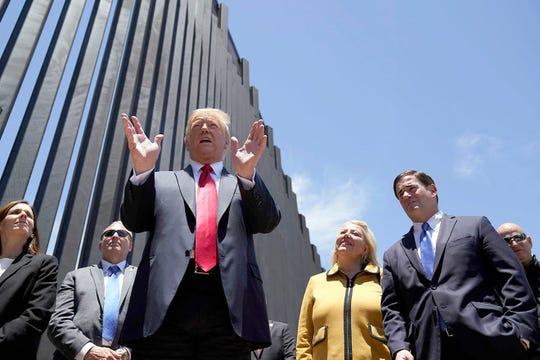 El presidente Donald Trump habla mientras recorre una sección del muro fronterizo, el martes 23 de junio de 202, en San Luis, Arizona.