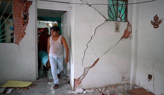 Vista este miércoles de una vivienda afectada debido al sismo de 7,5 de magnitud en la localidad Crucecita, municipio de Huatulco en Oaxaca.
