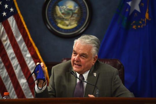 Gubernur Nevada Steve Sisolak berbicara tentang topeng selama konferensi pers di Gedung Legislatif Negara Bagian Nevada di Carson City pada 24 Juni 2020.