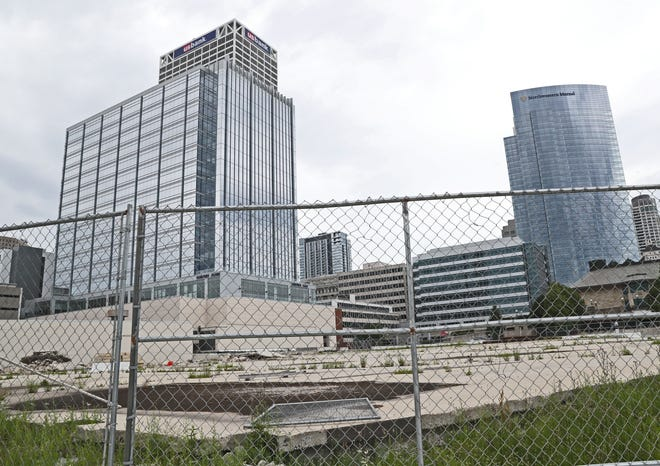 The latest delay on the construction start for downtown Milwaukee's Couture apartment high-rise is apparently being resolved.
