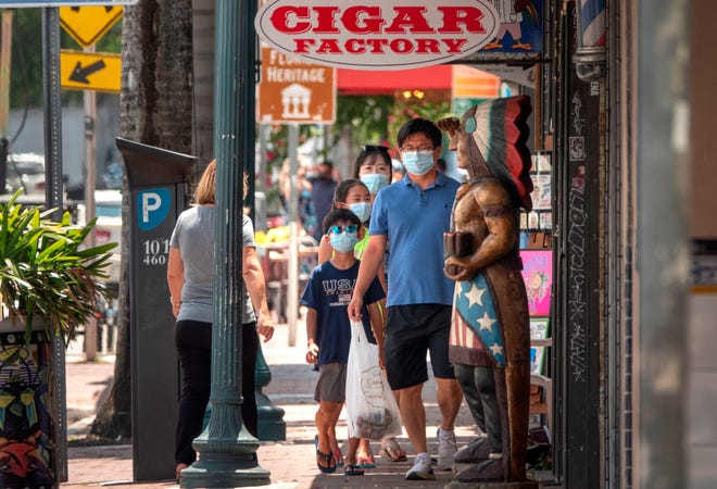 Un grupo de personas camina en Little Havana, Miami, Florida, EE. UU., 26 de junio de 2020. Tres comunidades del sur de Florida, incluidas Little Havana, Allapattah y Homestead, han visto un aumento alarmante en los casos de coronavirus.