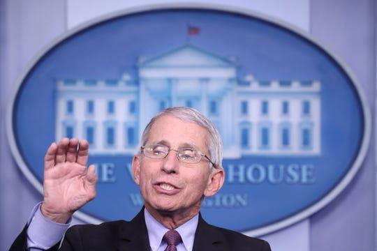Anthony Fauci, Director del Instituto Nacional de Alergias y Enfermedades Infecciosas, se une a los miembros de la Fuerza de Tarea de Coronavirus para hacer comentarios sobre la pandemia COVID-19 en la Sala de Prensa James S. Brady de la Casa Blanca en Washington, DC, Estados Unidos, 22 de abril de 2020.