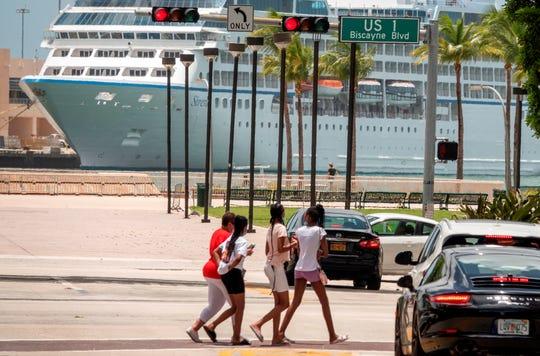 Un grupo de personas camina por el centro de Miami, Florida, EE. UU., 25 de junio de 2020.