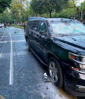 Fotografía cedida este viernes, por la Fiscalía de Ciudad de México que muestra una vista del coche y el lugar donde se atentó contra el jefe de Seguridad de la Ciudad de México, Omar García Harfuch, en Ciudad de México.