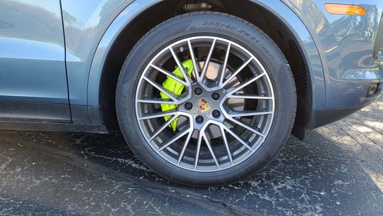 To emphasize its green purpose, the 2020 Porsche Cayenne E-Hybrid options green brake calipers. But white or yellow calipers are also available.