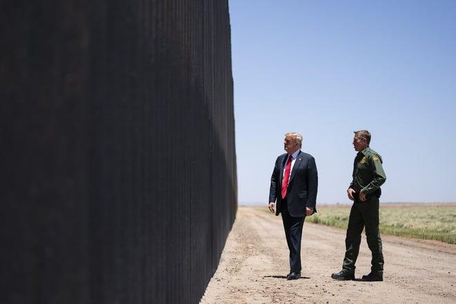 Donald Trump en una de sus visitas a la frontera sur.