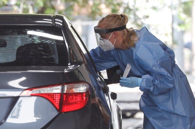 Una persona recibe una prueba de coronavirus.