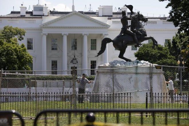 La base de la estatua del expresidente Andrew Jackson es lavada el miércoles 24 de junio de 2020 en el interior del Parque Lafayette en Washington.