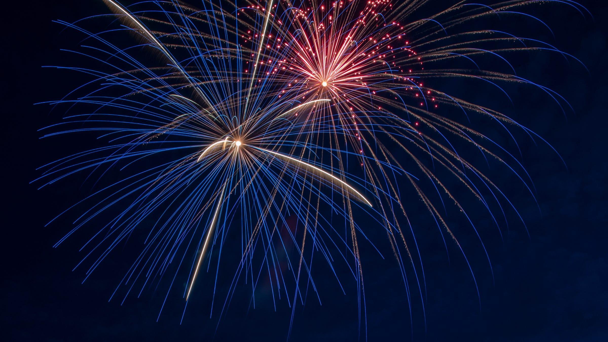 Fuegos artificiales en una de las tres celebraciones oficiales del 4 de julio en Carmel, el sábado 4 de julio de 2020. Otras exhibiciones de fuegos artificiales locales, incluida Indianápolis, se cancelaron por temor al nuevo coronavirus.