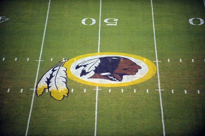 En esta foto del 28 de agosto de 2009, el logo de los Redskins de Washington previo a un juego de la NFL ante los Patriots de Nueva Inglaterra en Landover, Maryland.