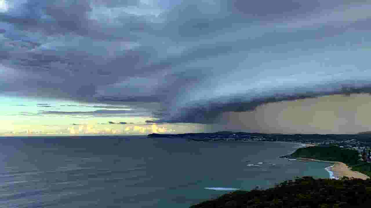 Timelapse: Epic Australia storm plunges city into darkness