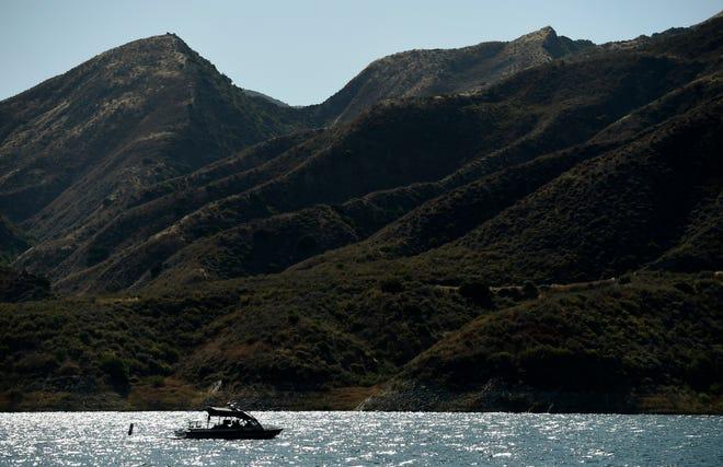 Sebuah kapal pencari dan penyelamat mencari Naya Rivera di Danau Piru, 10 Juli 2020, di Hutan Nasional Los Padres, California, sekitar 55 mil barat laut Los Angeles.