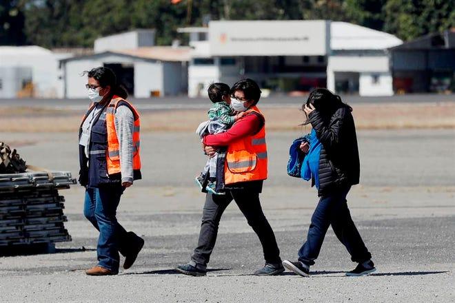 Vista de varia personas deportadas de EEUU.