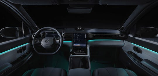 The NIO ES8 features a 9.8-inch digital instrument cluster with ultra-slim frame and a 11.3-inch second-generation multi-touch center display.