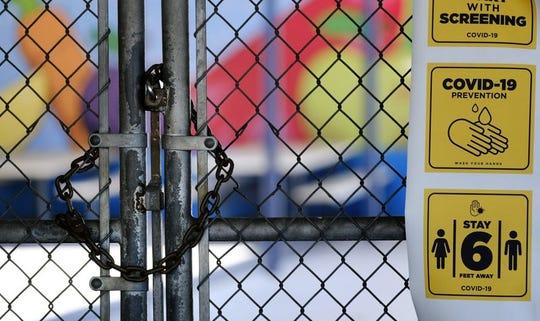 Un candado cierra la entrada a la Escuela Primaria Ranchito, en San Fernando Valley, en Los Ángeles, en esta fotografía de archivo del 13 de julio de 2020.