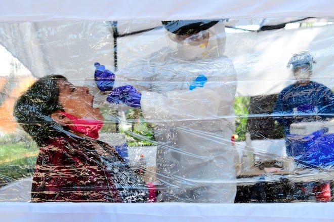 Una mujer se somete a una prueba del COVID-19, en un módulo instalado en un parque en Ciudad de México.
