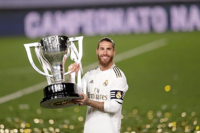 Sergio Ramos alza el trofeo de campeon.