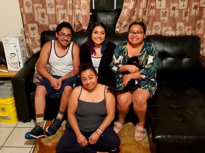 Fotografía cedida por la familia Martínez donde aparece Enrique Román Martínez junto a su madre María Guadalupe Martínez (delante), y sus hermanas Griselda (2i) y Verónica (d).