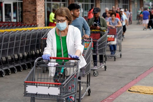 H-E-B grocery stores require customers wear masks.